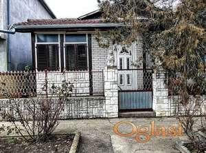 Prodajem 2 kuće sa velikim gradjevinskim zemljistem blizu autoputa