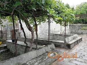 Prodajem kucu od klesanog kamena na Lustici