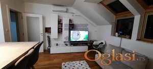 Sjajan dvoiposoban stan u novoj zgradi, nalazi se u potkrovlju a opremljen je najkvalitetnijom opremom: