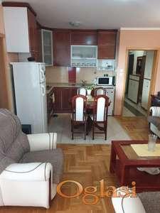 Prodaje se dvoiposoban stan u  novijoj  zgradi sa svim namestajem  88200