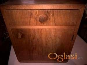 mala drvena komoda