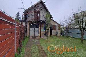Kuća se nalazi u Sremskoj Kamenici, na mirnoj lokaciji punoj zelenila