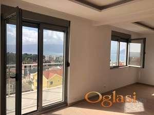 Novi penthouse s pogledom na more i Porto Montenegro u kompleksu s bazenom. Hitna prodaja!