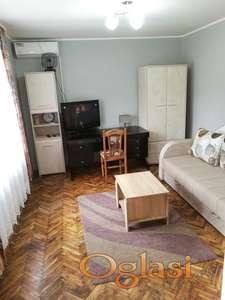 Izdajem stan u dvorištu, Novi Sad