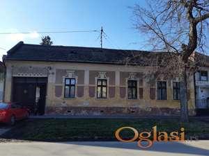Kuća na atraktivnoj lokaciji sa velikim dvorištem za adapticiju ili izgradnju novog poslovno - stambenog objekta