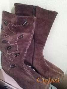 Čizme braon boje sa dezenom