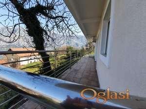Stan sa velikom terasom i parkingom. Mozda napraviti izlaz ili rampu. 1.100 eura/m2!