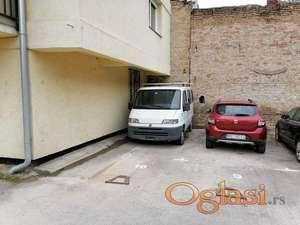 Parking mesto u dvorištu zgrade-Danila Kiša
