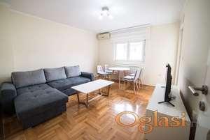 Izdaje se stan  na top lokaciji 400 eura,stan poseduje i garazu koja se doplacuje  50 eura