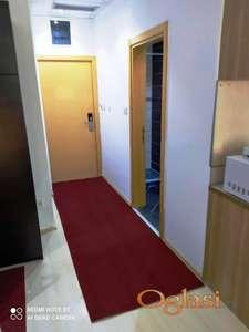ODLIČAN namešen stan za DVOJE u novijoj zgradi, mali troškovi ODMAH USELJIV!!!