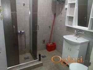 izdjem sobu sa kuhinjom i zajednickim kupatilom