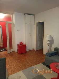 Lepo opremljen stan na Bulevaru