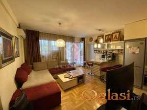 Lux stan u Cara Dušana, namešten, sa parking mestom