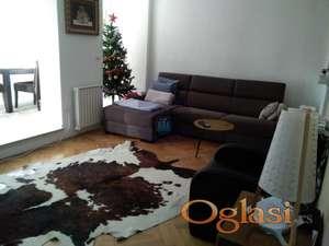 Uknjižen odličan stan na top lokaciji sa pogledom na ulicu a iznad stana je tavanski prostor.