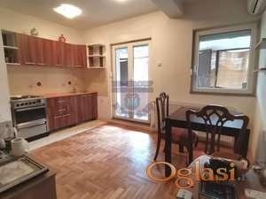 Kompletno namešten stan, tehnika i nameštaj ulaze u cenu.