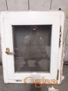 Prozor drveni lakiran 60x72 sa komarnikom