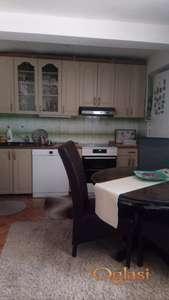 Izdavanje stana u kuci sa placem i garazom