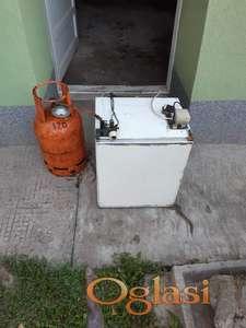 Frizider i plinska boca za kamp prikolice