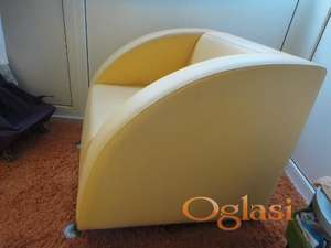 Žuta fotelja