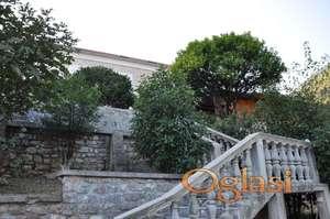 Jedinstvena ponuda! Na prodaju je stara trospratna kuća u mjestu Kamenari, opština Herceg Novi