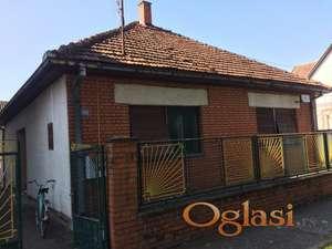 Kuća u Čelarevu u mirnoj ulici sa puno zelenila