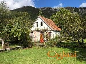 2 kuće na velikoj parceli blizu Cetinja
