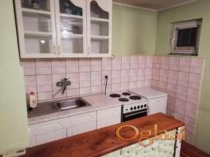 soba sa kuhinjom i balkonom