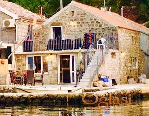 Tivat, Čarobna Boka Kotorska. Parče raja, stara kamena kuća sa svojom pontom