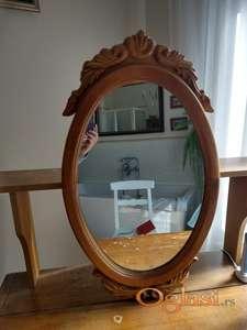 Ovalno ogledalo sa drvenim ramom