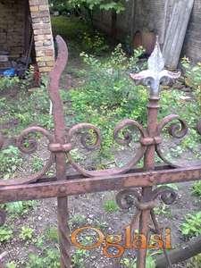 Kovana metalna ograda stara preko 100 godina