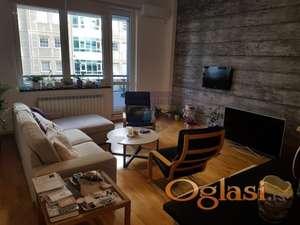 Izuzetan stan na TOP lokaciji, vrhunska oprema, prodaje se namešten u ceni je i garažno mesto