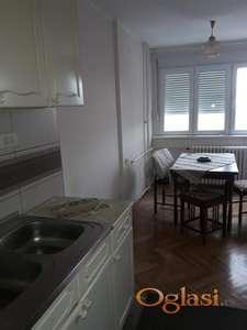 Izdajem renoviran dvosoban polunamešten stan u strogom centru Pančeva