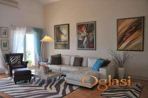 Na prodaju je prekrasan i prostran stan u Herceg Novom, kod Karače