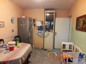 Predstavljamo odličan trosoban stan u jednoj od najtraženijih ulica i lokacija u Novom Sadu.