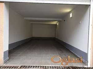 Uknjižena garaža 22m2 u dvorištu zgrade,rolo vrata,struja-Detelinara