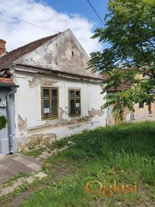 Plac sa ruševnom kućom