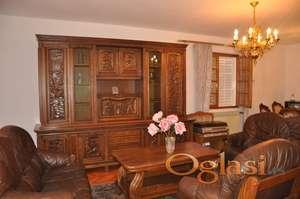 Prodaje se velika troetažna kuća u Igalu, u Herceg Novom. Idealna za mini hotel
