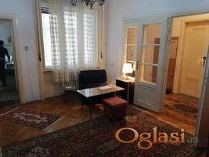 Salonski  dvoiposoban stan u centru , može za kancelarije , salon lepote...