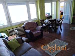 Lep stan na atraktivnoj lokaciji, bez većih ulaganja, kompletno renoviran