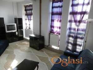 Povoljno izdajem nove komforne jednokrevetne sobe u Centru - Kragujevac ul. Karadjordjeva