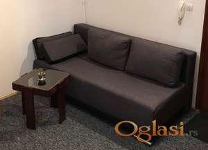 Sivi kauč na razvlačenje, odličan