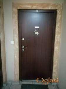 """Prodajem dvoiposoban stan u Borči 52 m2 na odličnoj lokaciji pored OŠ """"Stevan Sremac""""."""
