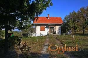 Kuća sa placem useljiva