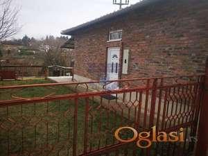 Vikend kuća na popovici sa dve spavaće sobe, pvc prozorima. Bez ulaganja!!