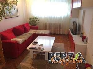 KOMFORAN STAN KOD SPENSAStan se sastoji iz dva nivoa BEZ kosinaIma 5 soba 4 spavae i jedan prostrani dnevni boravak koji je spojen sa tr