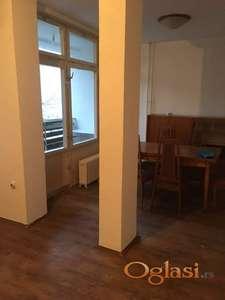 Trosoban stana delimično renoviran