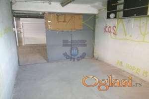Uknjižena garaža u suterenu zgrade.