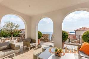 Lustica Bay. Apartman s terasom od 40 metara i pogledom na more