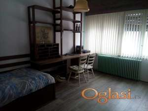 lepa soba u tosobnom stanu