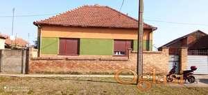 Kuća sa dve stambene jedinice i prostranim nusprostorijama